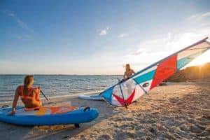 SUP und Segel am Strand